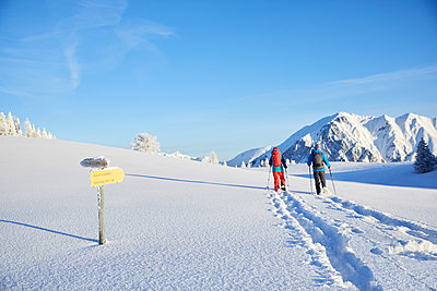 Austria, Tyrol, couple swshoeing - p300m1586982 by Christian Vorhofer