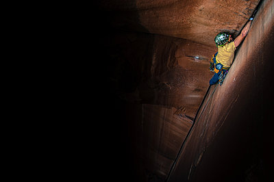 Man trad climbing, Indian Creek, Moab, Utah, USA - p924m2022778 by Alex Eggermont
