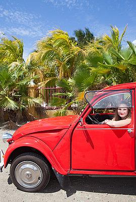 In einem roten Citroen unterwegs - p045m1590189 von Jasmin Sander