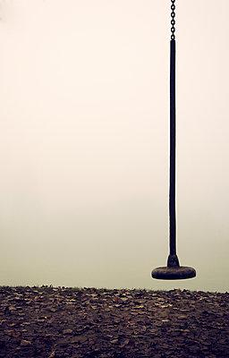 Seilbahn im Nebel - p1443m1503265 von SIMON SPITZNAGEL