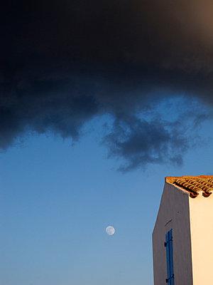 Dunkle Wolken ziehen auf - p240m892739 von Valerie Wagner