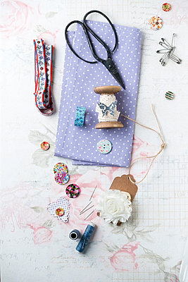 Sewing kit with yarn and scissors - p300m1449706 by Mandy Reschke