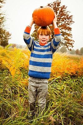 Junge hält Kürbis - p904m741701 von Stefanie Päffgen