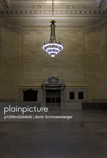 Chandelier in waiting hall of railway station - p1299m2244645 by Boris Schmalenberger