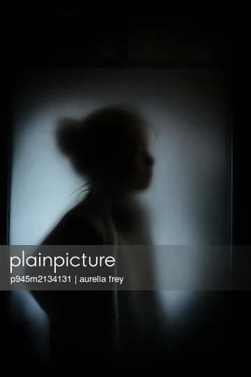 Silhouette of a girl - p945m2134131 by aurelia frey