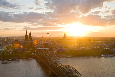 Germany, Cologne, Hohenzollern bridge and Cologne Cathedral - p300m980609f by Werner Dieterich