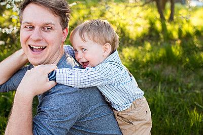 Papa und Sohn - p796m1550316 von Andrea Gottowik