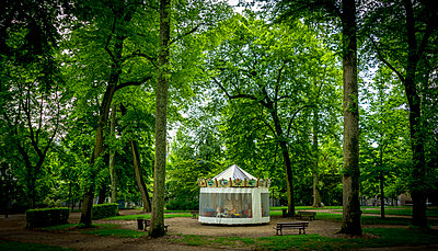Carrousel in the park - p813m1154691 by B.Jaubert