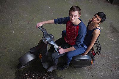 Paar auf einer Vespa - p906m946058 von Wassily Zittel
