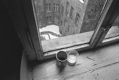 Blick aus einem Fenster in einen Berliner Hinterhof - p9791622 von Janssen