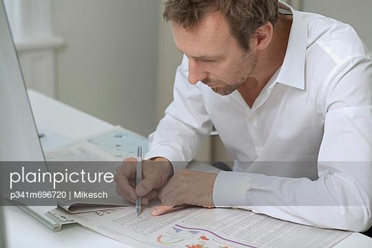 Büroarbeit - p341m696720 von Mikesch