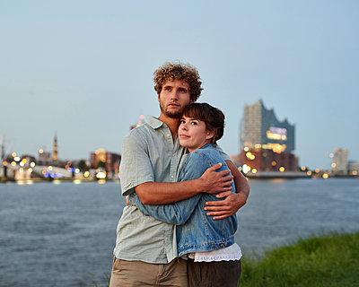 Paar umarmt sich vor Hamburg Panorama - p1124m1150189 von Willing-Holtz