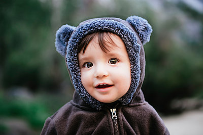Close-up portrait of cute baby girl in warm clothing standing at Yosemite National Park - p1166m2000749 by Cavan Images