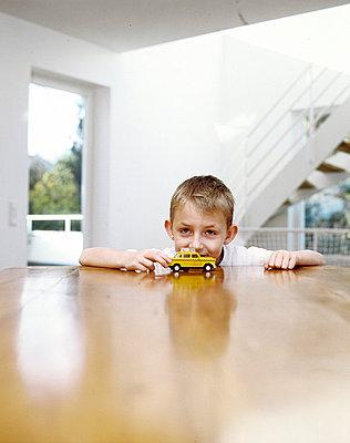 Junge mit Auto - p2686148 von icon art
