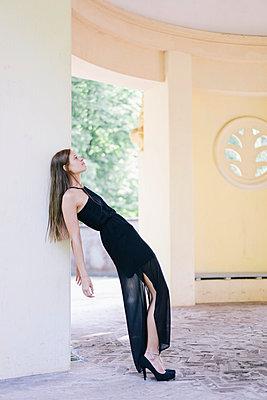 Junge Frau im schwarzen Partykleid - p586m1041915 von Kniel Synnatzschke