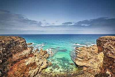 Felsen und Meer - p704m1492713 von Daniel Roos