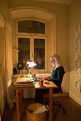 Woman working in home office - p1418m2008132 by Jan Håkan Dahlström