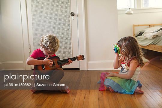 Kinder mit Gitarre - p1361m1503821 von Suzanne Gipson