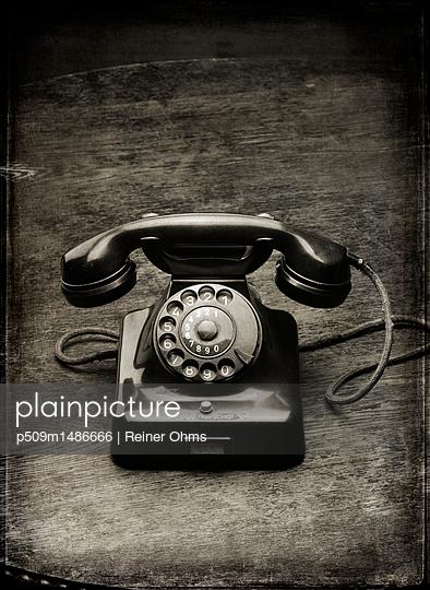Altes Telefon - p509m1486666 von Reiner Ohms