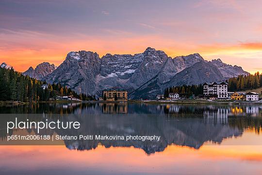 Sunset view over Lake Misurima with Sorapis mountain group in the background, Misurina, Veneto, Italy - p651m2006188 by Stefano Politi Markovina photography