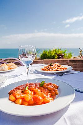 Italy, Atrani, plate of gnocchi with tomato sauce - p300m2041810 von Flavia Morlachetti