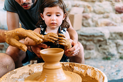 Father and daughter in a pottery workshop - p300m2131898 by Gemma Ferrando
