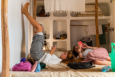 Essaouria, Morocco. Group of young women friends travelling together around Morocco. Backpacker, explore, travel, discover, friends, friendship - p300m2169837 von VITTA GALLERY