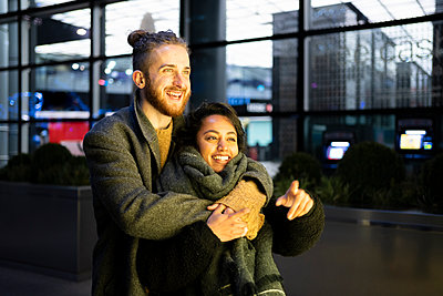 Happy young couple embracing in the city, London, UK - p300m2170168 by Francesco Buttitta