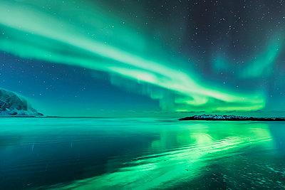 rthern lights above the beach, Berlevag, rway - p300m2199054 by Valentin Weinhäupl