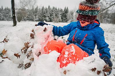 Canada, Ontario, Boy playing in snow - p924m2283065 by Viara Mileva