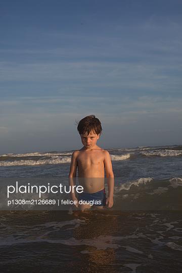Kind im Meer - p1308m2126689 von felice douglas