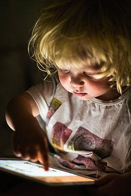 Little boy playing with tablet - p1418m2013799 by Jan Håkan Dahlström