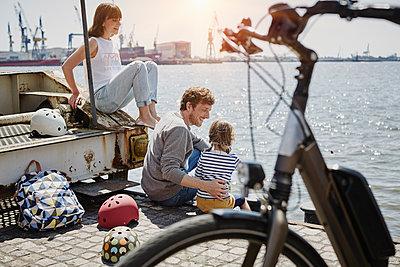 Familie mit eBikes in Hamburg - p300m1356166 von Roger Richter