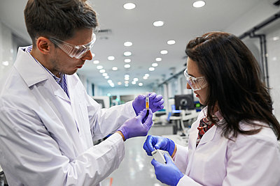 Young scientists in laboratory smock - p390m1115640 by Frank Herfort