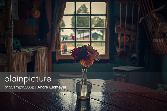 Vase with flowers on rustic wooden table - p1551m2199962 by André Eikmeyer