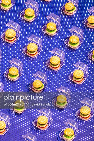 Burger aus Weingummi in der Verpackung - p1604m2175574 von davidfschulz