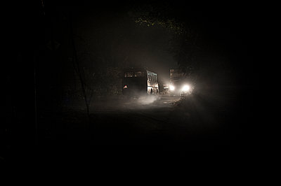 Trucks headlights at night - p1007m1144347 by Tilby Vattard