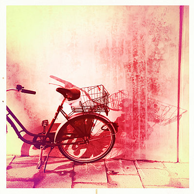 Bicycle with shopping bag, Munich, Bavaria, Germany - p300m1009253f by Gerald Staufer