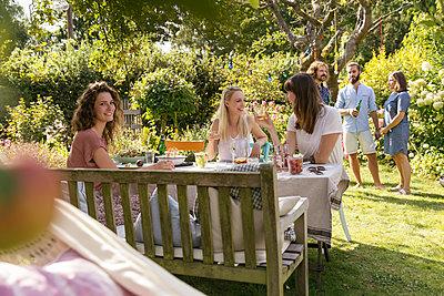 Garden party - p788m2037319 by Lisa Krechting