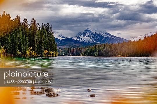 Bergsee in den Rocky Mountains in Kanada - p1455m2203769 von Ingmar Wein