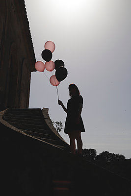Silhouette of woman holding balloons - p1521m2272087 by Charlotte Zobel