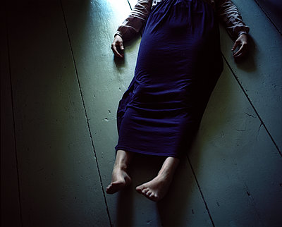 Lifeless woman lies on floor - p945m1196290 by aurelia frey