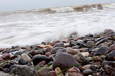 Welle und Steine am Meer - p978m891314 von Petra Herbert