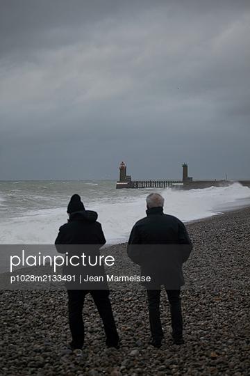 Two men looking at the sea - p1028m2133491 von Jean Marmeisse