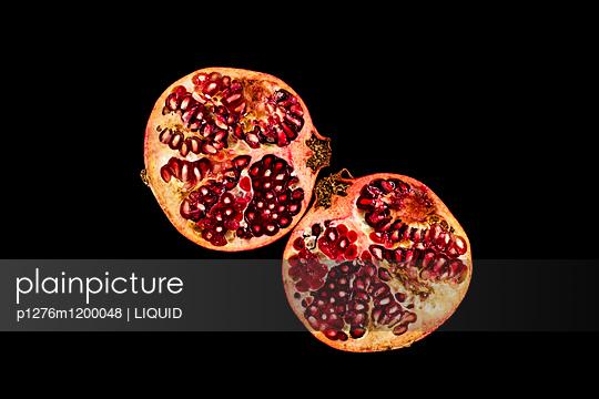 Halbierter Granatapfel  - p1276m1200048 von LIQUID