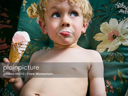 Kleiner Junge schleckt Eiswaffel - p358m1160210 von Frank Muckenheim