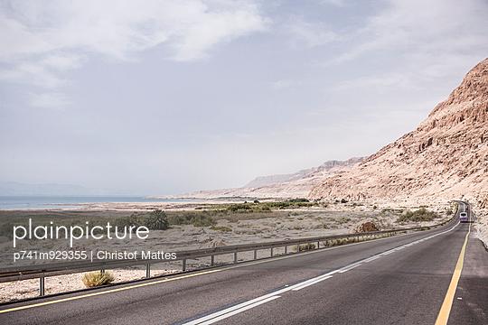 Straße in der Judäischen Wüste - p741m929355 von Christof Mattes