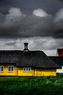 Gelbes Fischerhaus - p248m1462680 von BY