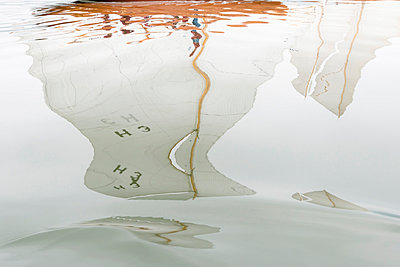 Germany, Baden-Wuerttemberg, Lake Constance, reflection of sailing boat in water - p300m973553 by Holger Spiering
