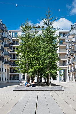 Paar entspannt vor Bäumen - p728m2082807 von Peter Nitsch